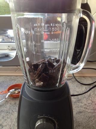 Añadir el chocolate a una licuadora ...