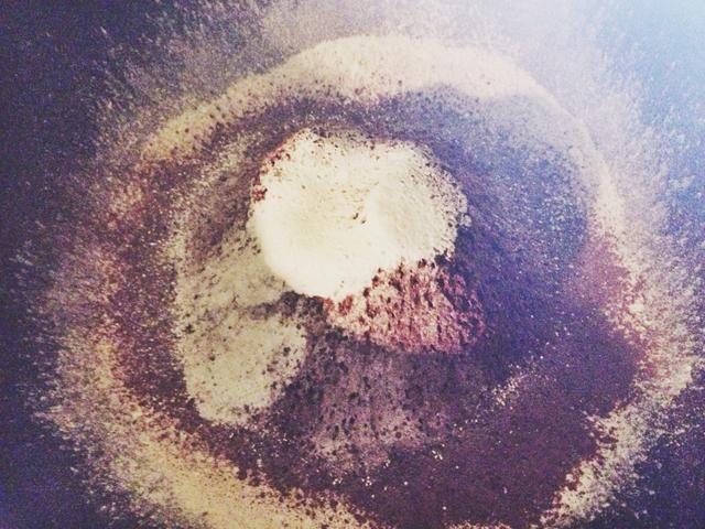 Tamizar la harina, el cacao en polvo, polvo de hornear, bicarbonato de sodio y la sal en un tazón grande.