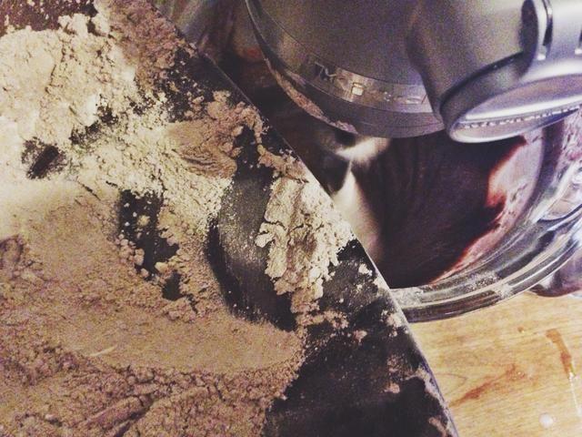 Reduzca la velocidad a bajo y agregue la mezcla de harina alternando con el suero de leche, comenzando y terminando con la mezcla de harina.