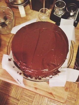 Corre la formación de hielo en la parte superior y alrededor de los lados de la torta.