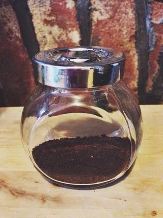 y el polvo de café espresso. Combinar el chocolate y el jarabe de maíz en un recipiente resistente al calor grande.