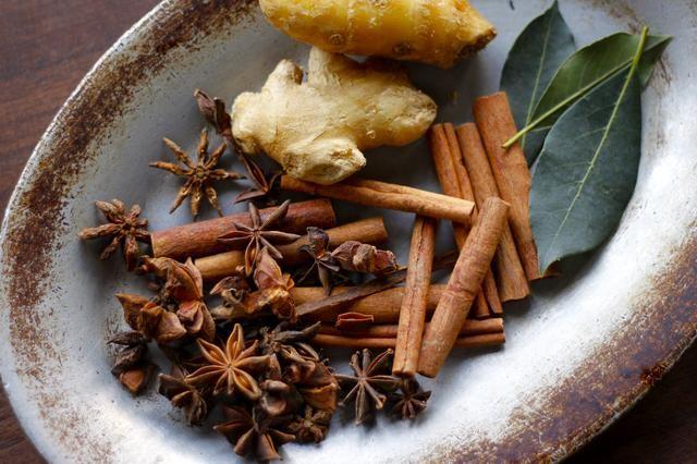 Tome un puñado de anís, palitos de canela, jugo de jengibre, y dos hojas de laurel y calentarlos en una olla con la sidra de manzana sin filtrar de acuerdo a su gusto.