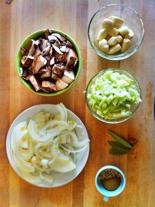 Preparar las verduras al cortar la cebolla por la mitad y luego en medias lunas. Retire los tallos de hinojo después taje bombilla en cubos. Cortar los champiñones en trozos grandes. Ajo Pelar y remojo seca Porcini en agua caliente.