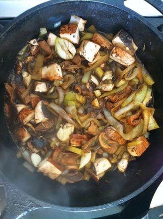 Reduzca el fuego a medio, y luego combinar la cebolla, el hinojo y el secado Porcini con tina de agua en la olla. Sofría hasta que la cebolla esté transparente luego agregar hongos frescos, ajo y aguardiente. Cocine durante 5 minutos.