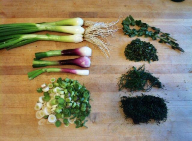 Preparar cebolletas, ajo verde, orégano y hojas de hinojo fresco, luego añada 5 minutos antes de servir. Asegúrese de no cocinar demasiado ajo y la cebolla, deben ser de color verde brillante y todavía tienen crisis.