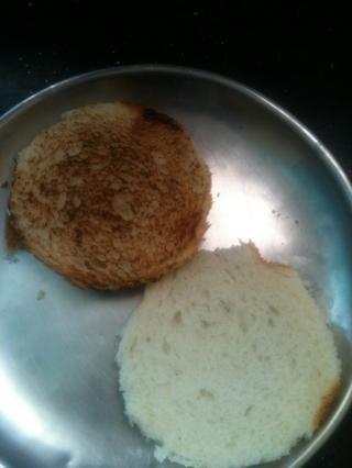 Usted puede cortar el pan como quieras. Me gusta un pan en forma de Burger-circular. Y entonces usted necesita para brindar por ella.
