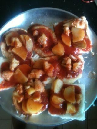 Ahora aplique las verduras con la salsa sobre 6-10 rebanadas de pan tostado. También puede agregar la extensión de queso sobre el pan tostado y luego agregar la salsa. Voilà! aquí's the Bread with Veggies!