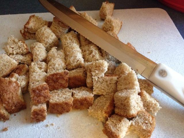 Agregar a los bolos - 1 cucharadita de cada una de sal y mostaza en polvo seco y 2 rebanadas de pan (yo usé el pan de trigo) cortado en cubos de 1 pulgada.