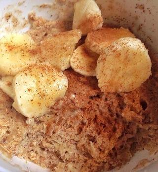Servir con rodajas de plátano y canela, o salsa de chocolate (como en la guía anterior pastel de taza) o bayas de su elección.