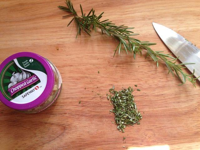 Si bien las papas hierven, el romero y el ajo cortado. Manojo del romero mejor que puede, a continuación, cortar en trozos pequeños. Me precortadas ajo porque yo'm lazy :)