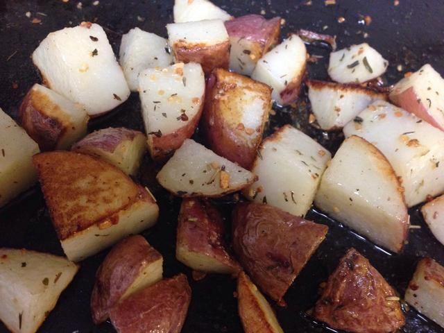 Colocar en conjunto horno a 450 grados F y asar durante 15 minutos ... Ver Patatas y cuidadosamente darles un giro y Aleatorio. * Nota: Este no es un baile ... bueno, en realidad ... :) *
