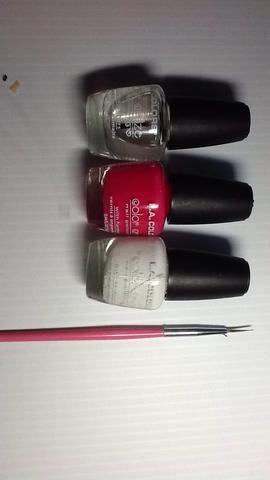 Estos son los suministros que necesitará. Usted necesitará esmalte de uñas blanco, un rosado opaco que es hacia el lado más oscuro, esmalte de uñas transparente y un striper rosa, o un cepillo fino.