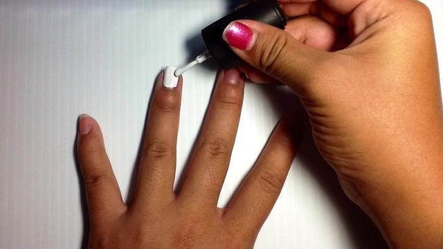 En primer lugar, pintar su dedo anular blanco como este.