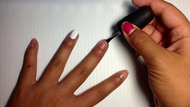 A la espera de que se seque, pinte el resto de las uñas con un esmalte de uñas transparente.