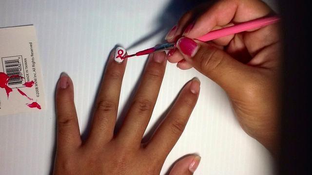 Con un striper rosa, pintar una figura en forma de arco en el dedo anular. Si no't have a striper, you can make it from an old nail polish brush and cut most of the bristles off, like above.
