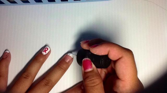 A continuación, pintar las otras puntas de las uñas con esmalte de uñas blanco, al igual que las uñas francesas.
