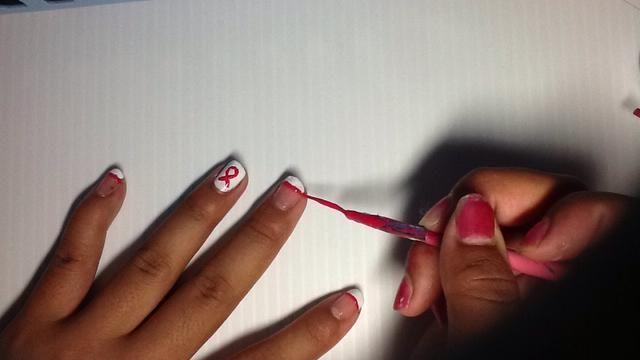 Después, pintar la parte inferior de sus extremidades con su striper rosa. La forma más fácil es dejar el striper en su lugar y gire la uña.