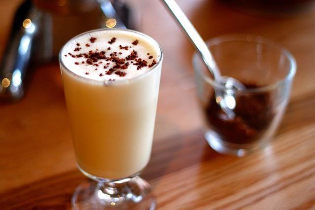 Huevo, arce, brandy y mantequilla marrón son todo lo que quieres en una bebida espumosa vacaciones.