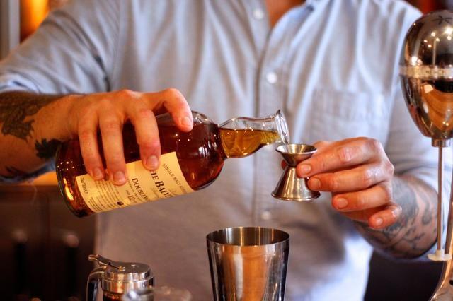 A continuación, agregue un poco de whisky.