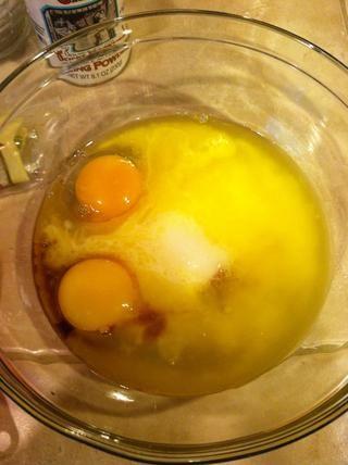En un recipiente agregue la mantequilla derretida, los huevos, el azúcar y la vainilla.