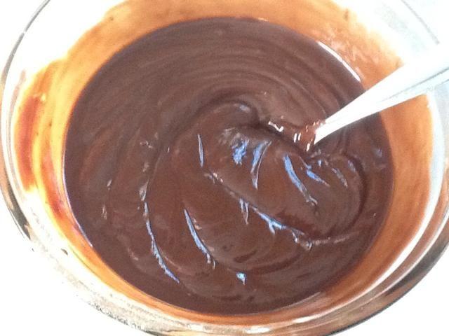 Microondas otros 30 segundos y revuelva. El chocolate se verá así ... Ver las olas?
