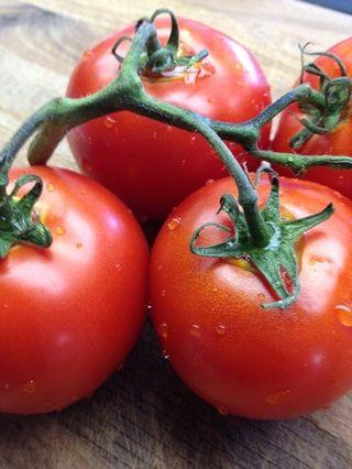 4 a 6 grandes vid madura los tomates (Roma también funciona bien.)