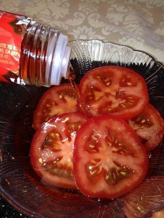 Continuar rebanar y marinada en un bol con vinagre de vino tinto y un chorrito de aceite de oliva.