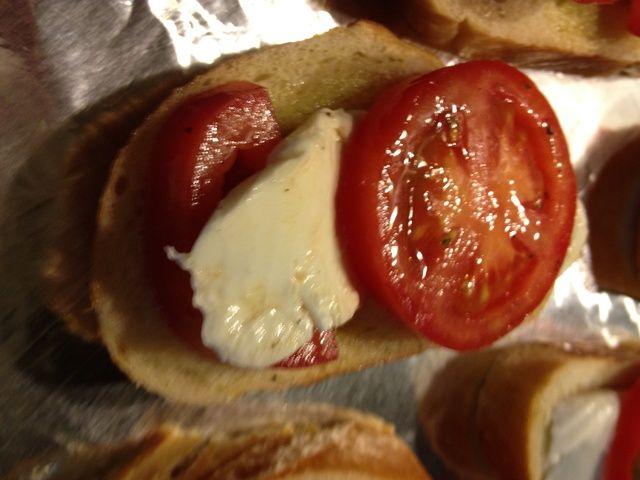 Coloque un tomate en la parte superior y uno debajo de lo que las ojeadas de queso a través. (queso puede tomar color en la parrilla si se colocan en la parte superior)