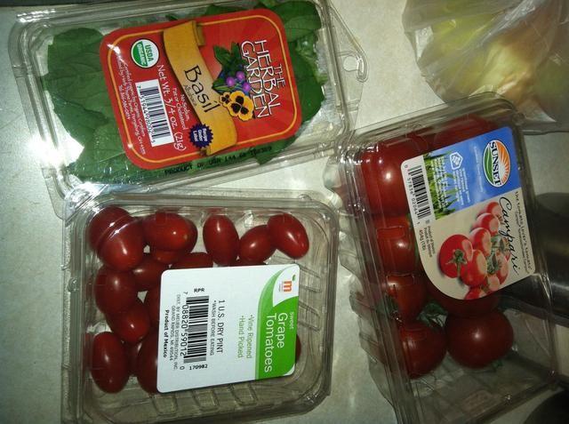 Decidí mezclar y usar dos tipos diff de tomates en esta ocasión. Tomates Campari son dulces y jugosas y muy