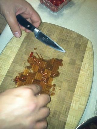 Picar los tomates a lo largo y luego de nuevo en la otra dirección a trimestre ellos. Puede picarlas con más precisión si quieres