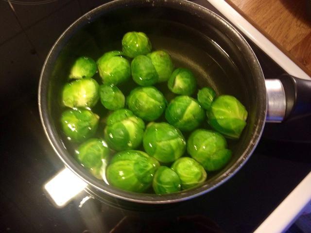 Hervir las coles Broussel durante unos 5-7 minutos. También es posible hacer este plato con brotes Broussel primas pero decidimos cocinar un poco.