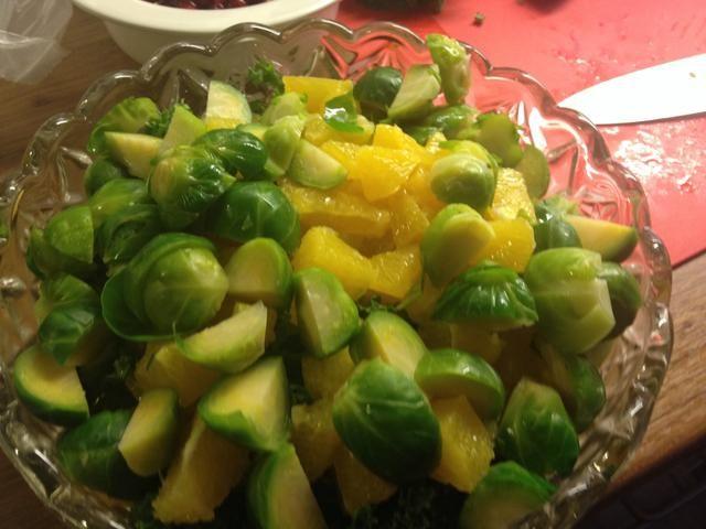 Mezclar los brotes Broussel con la col rizada y las piezas de 2 naranjas. El tercero de naranja será la vinagreta.