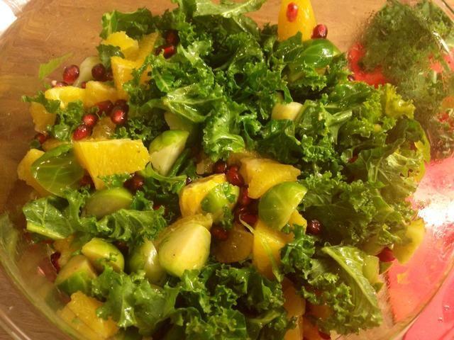 Verter sobre la ensalada y refrigere por lo menos durante 30 minutos.