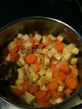 Añadir las zanahorias y el nabo y freír durante unos 2-3 minutos.