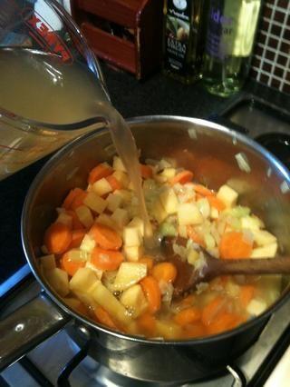 Mezclar la pastilla de caldo con aproximadamente 1 litro de agua hirviendo y añadir a las verduras.