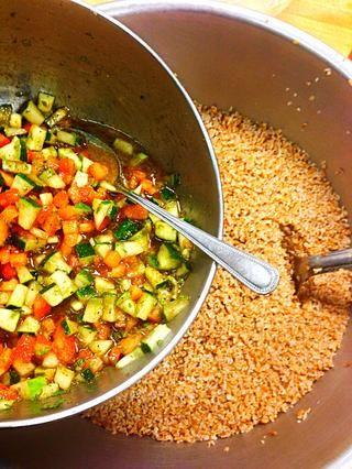 En un tazón pequeño, mezcle el pepino, tomate, menta, 100 ml de aceite de oliva, jugo de 3 limones, cucharadas de sal, cucharadas de pimienta y cucharada de comino. Mezclar bien y verter en bulgur cocido.
