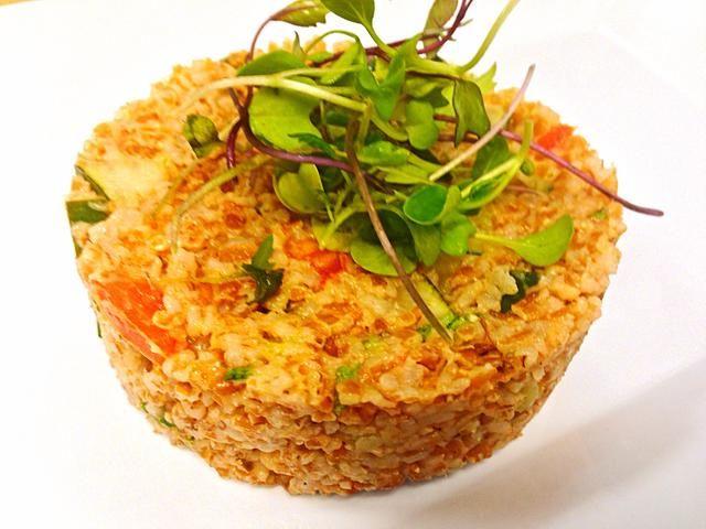 He utilizado un molde de alimentos y adornado con micro greens.