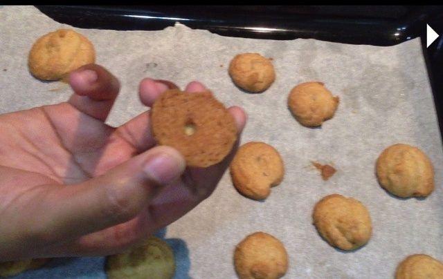 Para el montaje, tome galletas enfriado y llenado propagación. ¿Cuánto quieres depende de usted. :)