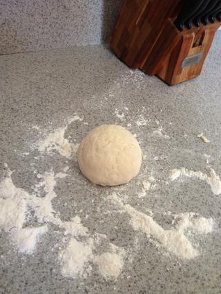 Hacer una bola de masa redonda.