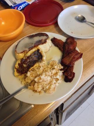 Servir con patatas con queso y tocino para el desayuno (o cualquier comida) la perfección!