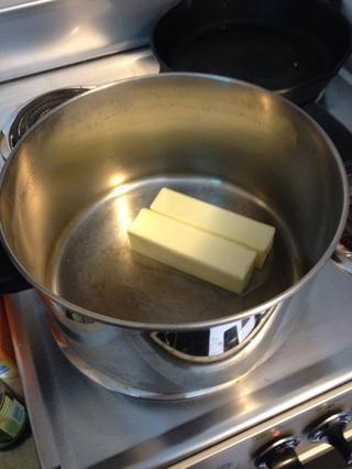 Añadir una taza de mantequilla a gran olla en la estufa puesta a fuego medio-alto.