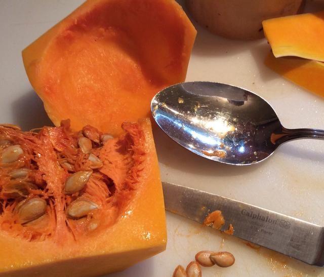 Retire y deseche las semillas de las butternut squash, dados y poner en una asadera.