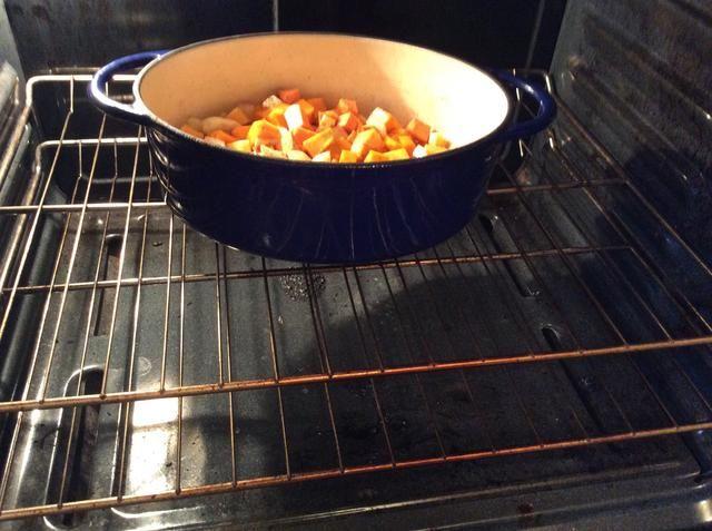 Coloque una asadera en el horno 425F grados.