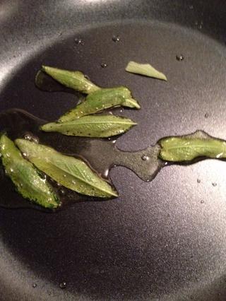 Añadir las hojas de salvia y freír hasta que estén crujientes unos 3 minutos. Eliminar de petróleo y se puso una toalla de papel.