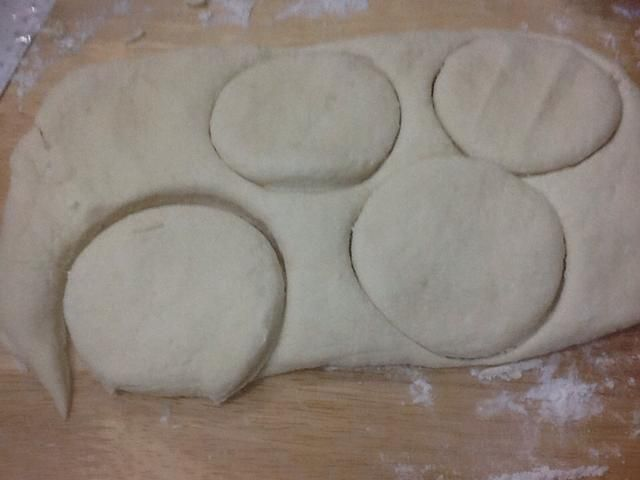 Reúna la izquierda sobre la masa y cortar galletas restantes