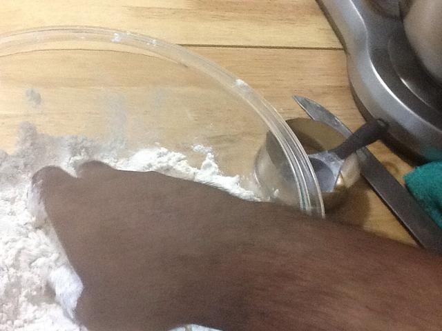 Con muy limpias las manos desnudas sin joyas derrumbarse la mantequilla en a migas con la harina.