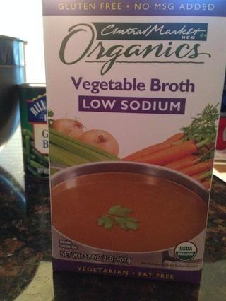 Ahora agregue el caldo de verduras 4 tazas (puede usar caldo de carne, si lo prefiere). También agregue 2 tazas de agua a la olla.