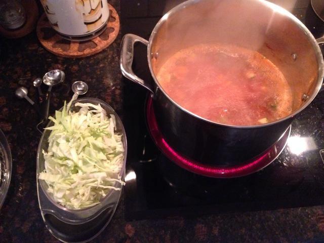 Una vez que la sopa se pone a fuego lento, añadir el repollo.