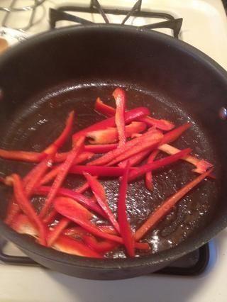 Añadir un poco de aceite de oliva y la mantequilla a la sartén donde las setas estaban cocinando en. Añada sus pimientos rojos cortados. Cocer hasta que estén blandas.