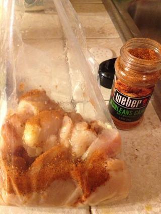 En una bolsa, tirar todo el pollo y el condimento de Cajun